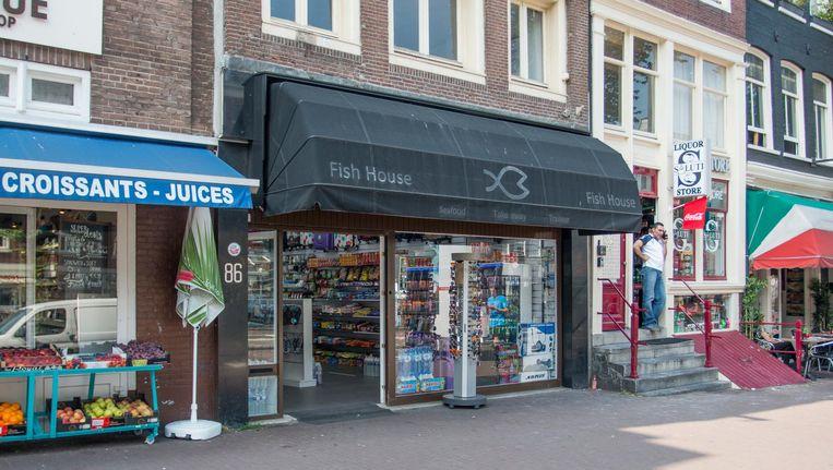 Nieuwe toeristenwinkel op de NZ Voorburgwal. Sigaretten verkopen ze hier ook, daarvoor is geen vergunning vereist Beeld Jesper Boot