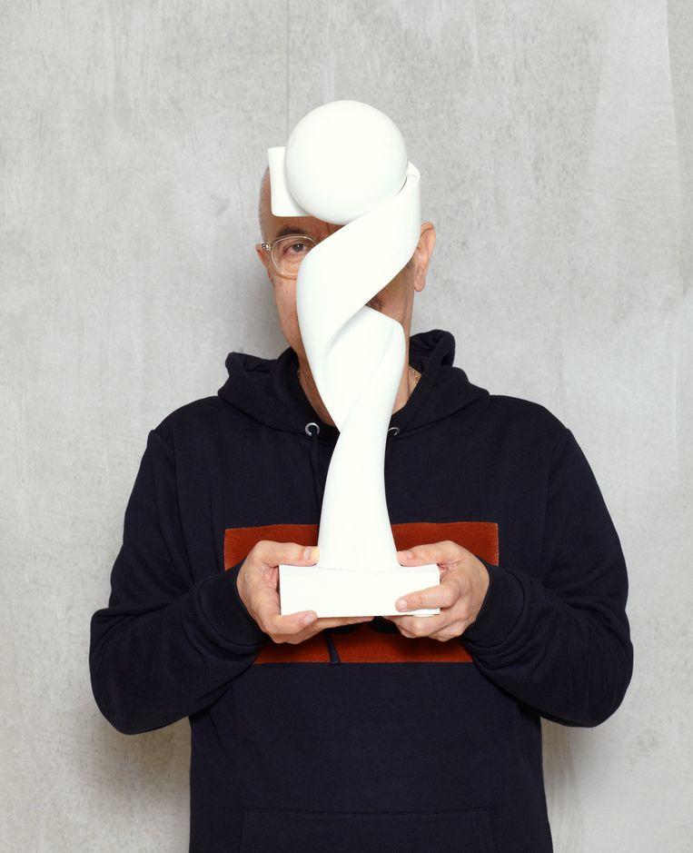 Ontwerper William Sawaya met het prototype van de trofee van het WK vrouwenvoetbal. Beeld Daniel Cohen