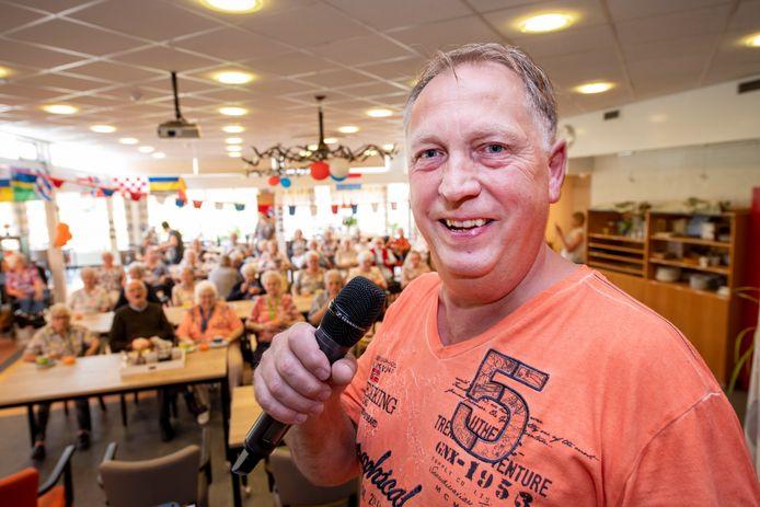 Andy zingt voor ouderen. Onder de noemer Goud van Oud gaat hij alle verzorgingshuizen in de gemeente Apeldoorn af. Zaterdag bij de Vier Dorpen in Beekbergen.