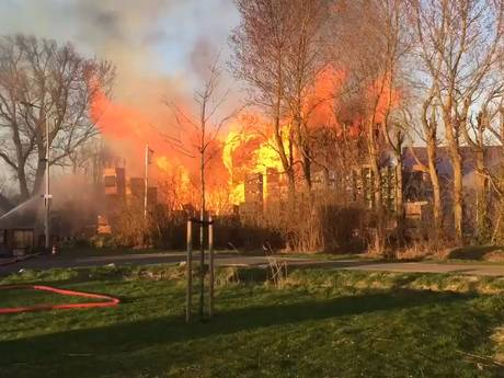 Honderden fruitkisten in brand naast loods Kapelle