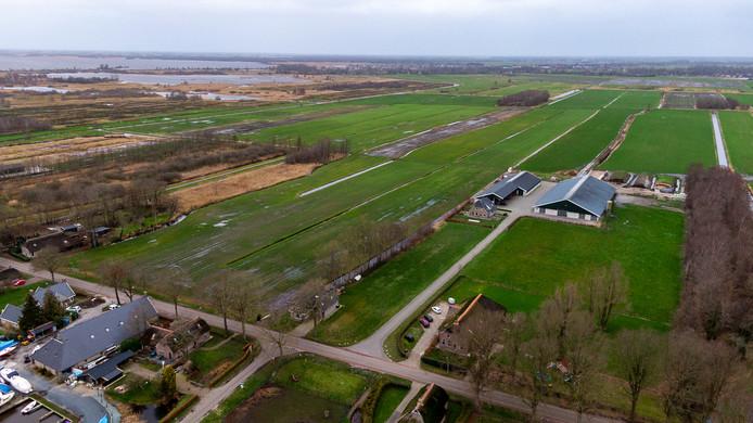 Achter deze boerderij aan de Veneweg in Wanneperveen wil Powerfield een zonneveld realiseren.