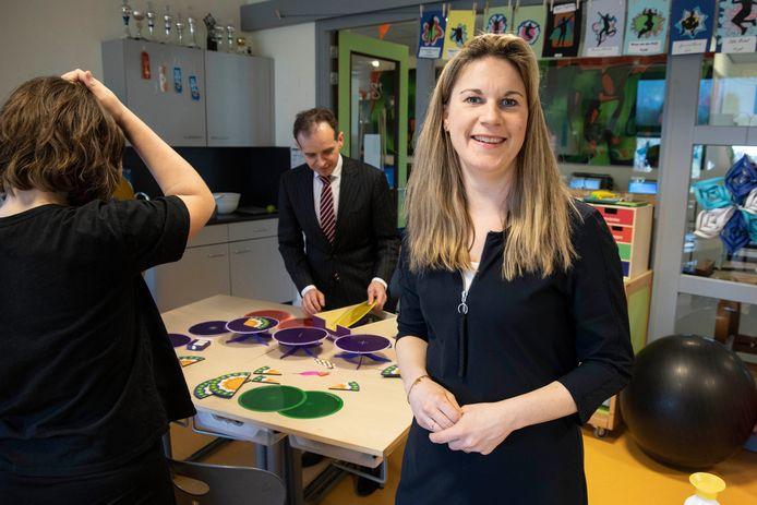 Locatieleider Lotte Schouten wil  met de school van Kekerdom groeien. Op de achtergrond burgemeester Mark Slinkman, die een ochtend meeliep.