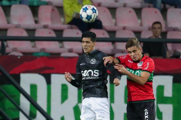 Oussama Bouyaghlafen van Almere City in duel met NEC'er Bart van Rooij.