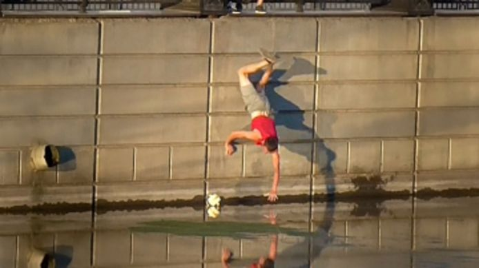 Il fait une chute hilarante en voulant récupérer une balle tombée à l'eau.