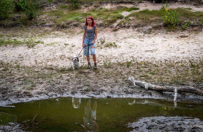 Astrid Klassen bij de plas in de Deurnese wijk Walsberg  waar haar hondje bijna omkwam.
