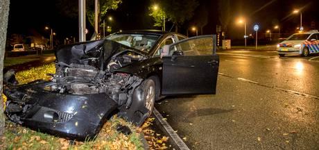 Man crasht op boom op een kruising in Tilburg
