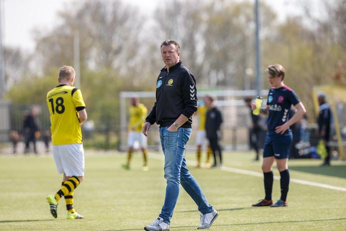 Trainer MarcoOnderberg wint met zijn huidige club Colmschate'33 (rechts) van zijn nieuwe team SV Zwolle.