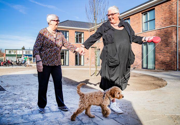 Het Staatsliedenhuis in Apeldoorn is een van de locaties waar Dagelijks Leven mensen met dementie opvangt, zoals Toos Peters (l), die in maart dit jaar werd gefotografeerd.