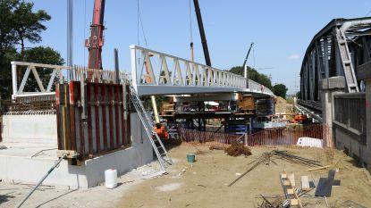 Fietsbrug over Kempisch Kanaal wordt op enkele dagen tijd in elkaar gestoken