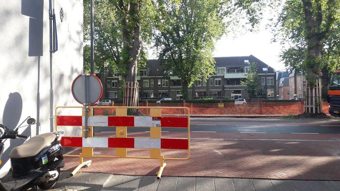 Hek met stopverbod op de hoek Zuid-Willemsvaart -Schilderstraat. Ruim baan voor vergunninghouders en 'parkeertoeristen'. Maar een verkeersregelaar houdt toezicht. Politie en stadstoezicht geven boetes.