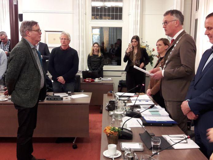 Joop van Hezik, oud-wethouder van Oisterwijk, wordt door burgemeester Hans Janssen geïnstalleerd als commissielid