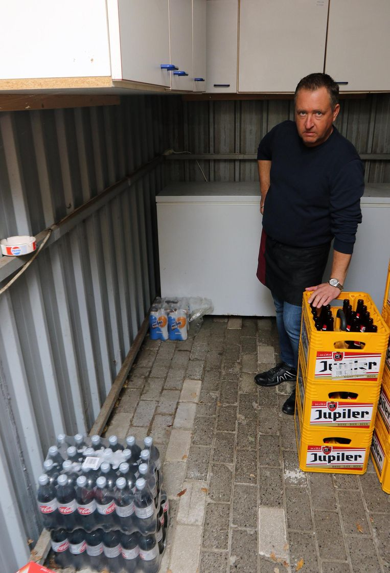 Kurt Vanlommel in zijn leeggeroofde magazijn.