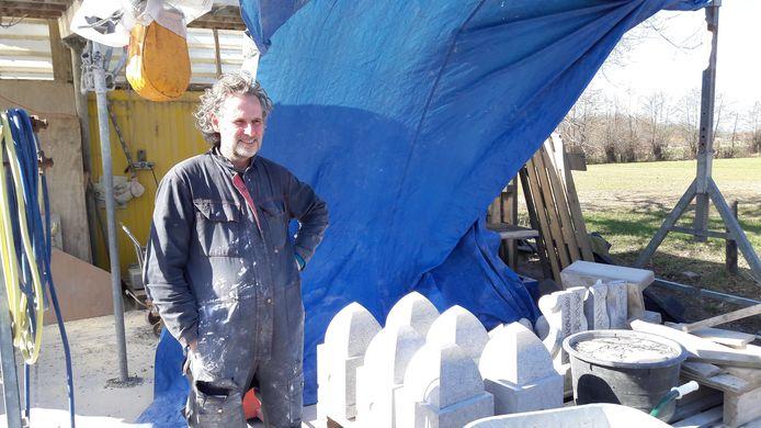 Serge van Druten voor zijn atelier in Hoogland.