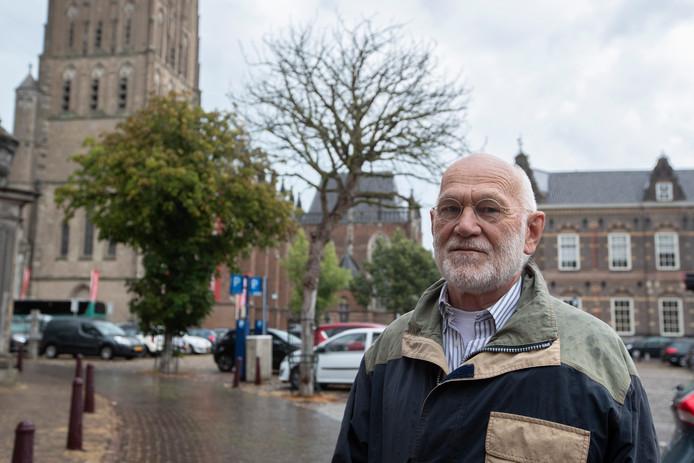 Rob Weimer van de Bomenstichting Zutphen voor paardenkastanjebomen op het 's-Gravenhof die binnen afzienbare tijd moeten worden gekapt.