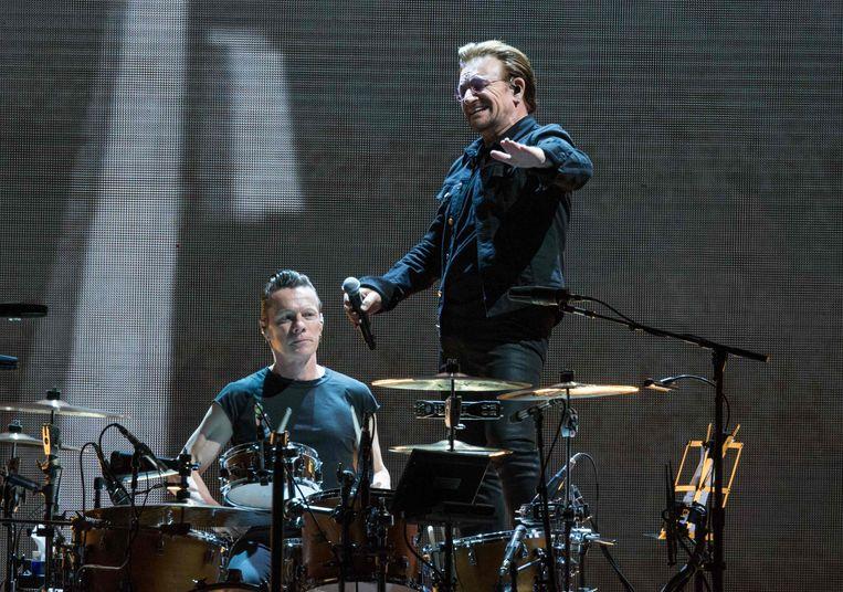 Larry Mullen Jr. en Bono tijdens The Joshua Tree Tour in Houston, Texas. Beeld AFP