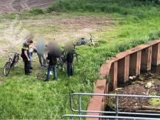 Jongens vissen oud Duits vuurwapen met magneet uit De Dommel