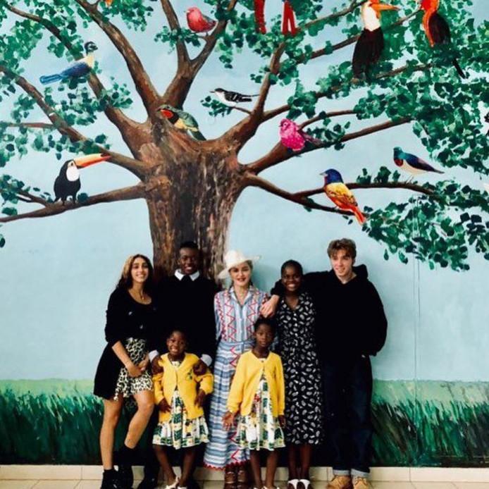 e76e9a47aebb25 Madonna en haar zes kinderen, met van links naar rechts: Lourdes, Estere,