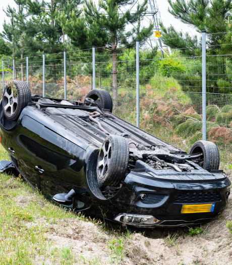 Vrouw slaat met auto over de kop in Tilburg