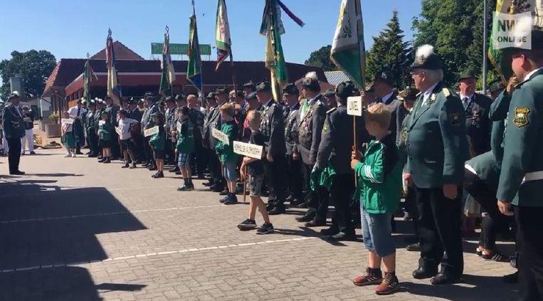 Een louter uit mannen bestaande schutterij tijdens het schuttersfeest in Lehrte bij Hannover (Nedersaksen).