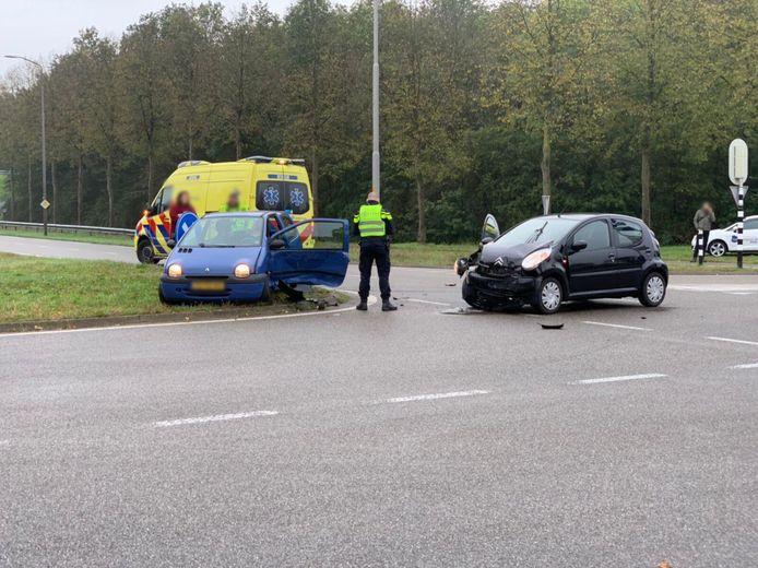 Politie helpt bij de afhandeling van het ongeval maandagochtend.