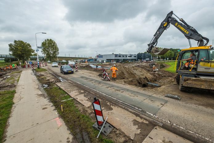 Werkzaamheden aan de Zuiderzeestraatweg in Hattem, ter hoogte van de Hilsdijk (rechts). Deze kruising wordt in de herfstvakantie vervangen door een rotonde.