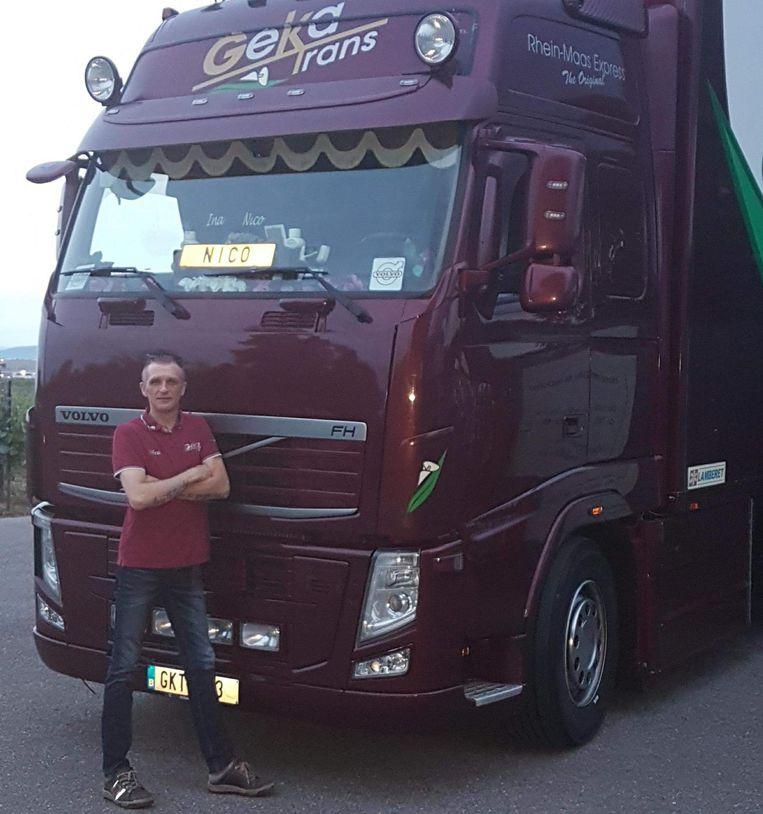 Nico Van Herreweghe bij zijn vrachtwagen.
