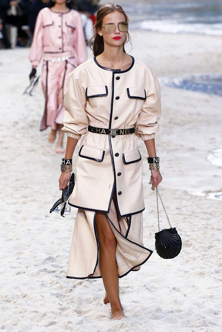 Handtas in de vorm van een zeeschelp. Gezien op Paris Fashion Week bij de lente-zomercollectie 2019 van Chanel.