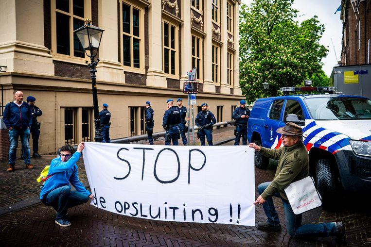 Deelnemers aan een demonstratie eind april tegen onder meer 5G-masten, inperking van bewegingsvrijheid en privacy en de economische schade. Beeld Freek van den Bergh