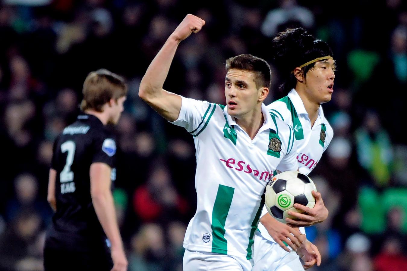 Tadic juicht na een benutte strafschop tegen Vitesse.