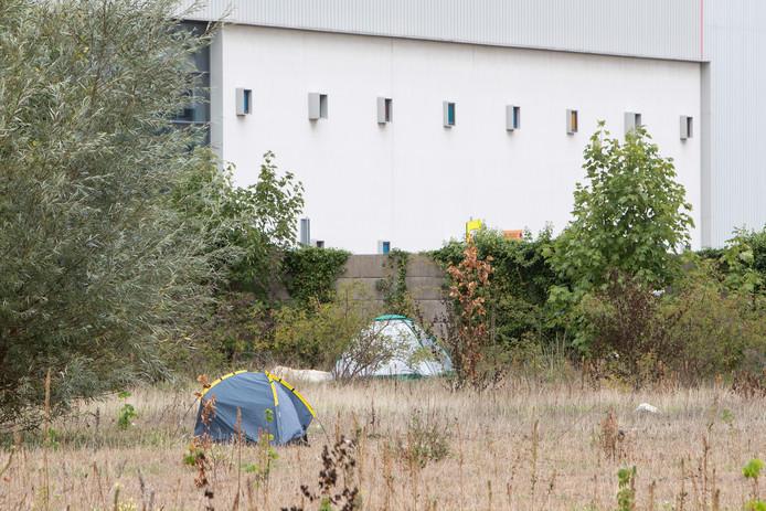 Tentjes op bedrijventerrein De Mars op het braakliggende terrein tussen de Dreef en de Hermesweg.