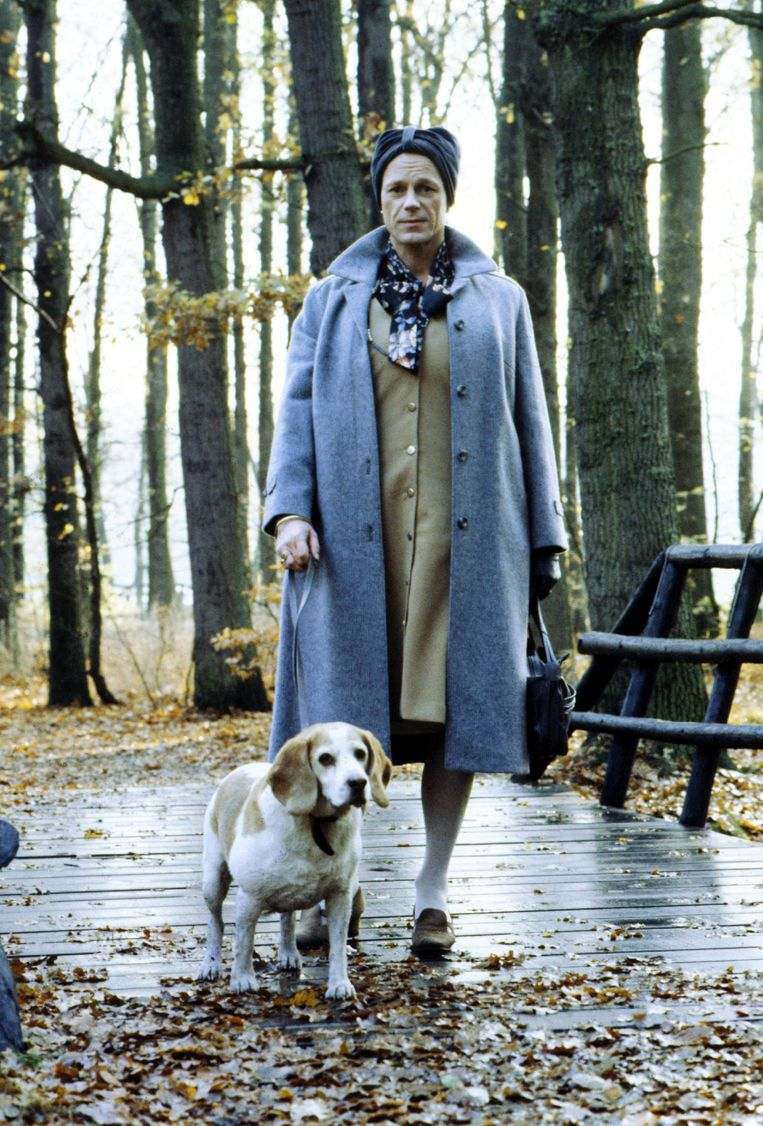 Joop Admiraal, uitgedost als zijn moeder (met zijn hond Kino).  Beeld ANP