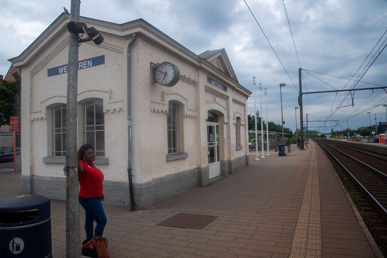 Het wachthuisje op het perron richting Gent is afgesloten voor treinreizigers na veelvuldig vandalisme.