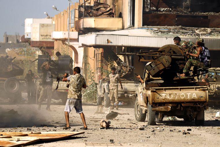 Leden van de Libyan National Army (LNA) tijdens een gevecht met jihadisten.