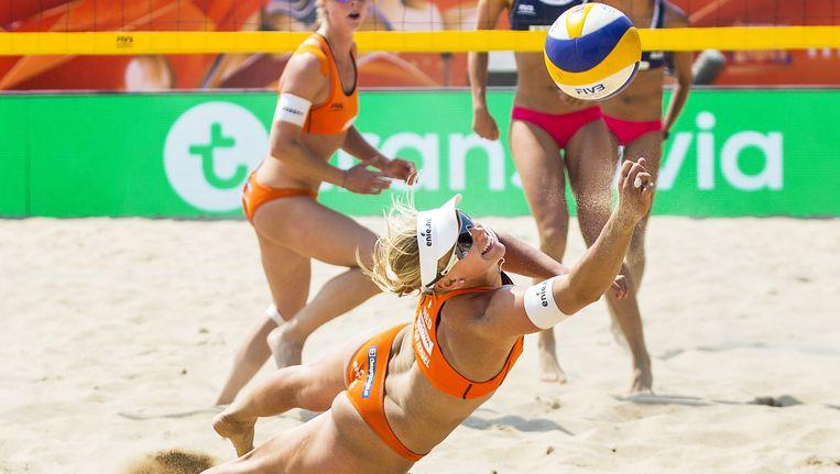 Het duo Meppelink en Van Iersel in actie tijdens het WK beachvolleybal afgelopen zomer. Een Grand Prix-toernooi in Scheveningen is noodgedwongen van de kalender voor 2016 gehaald. De Nevobo kreeg de begroting niet rond. Beeld anp