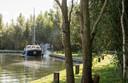 Een recreant arriveert met zijn boot bij het Knarland