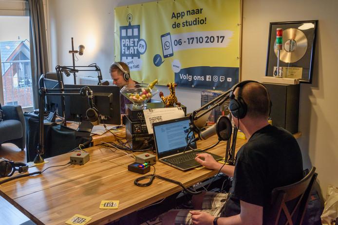 Reyer van Harten (links) en Remco Koopmans maken een uitzending in de huiskamerstudio van Pretflat FM.