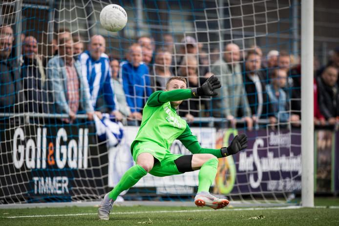 FC  Lienden-doelman Thom Jonkerman  kan treffer van ASWH niet verhinderen in beslissingduel om plek in tweede divisie.