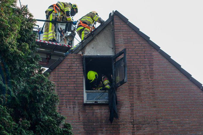 Brandweermannen nemen de schade op vlak nadat zij het vuur hebben geblust.