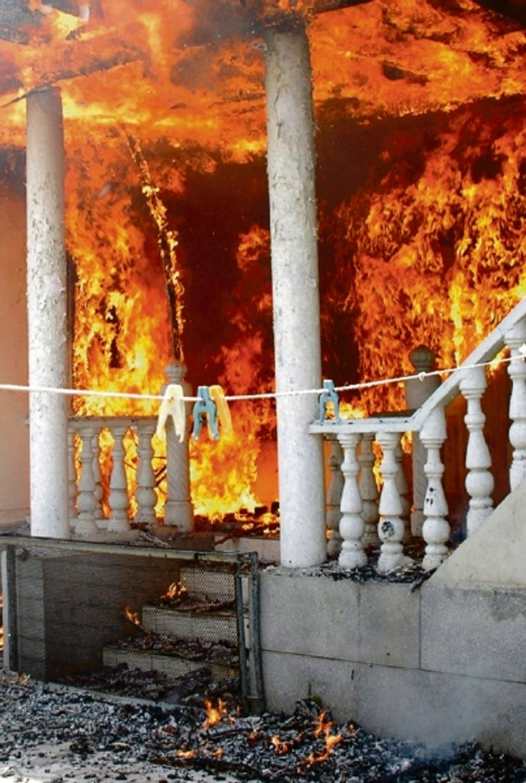 Brandend huis in Jalal-Abad, Kirgizië. Duizenden Kirgiziërs trokken zondag door de stad om Oezbeekse bezittingen in brand te steken. (FOTO AP) Beeld AP