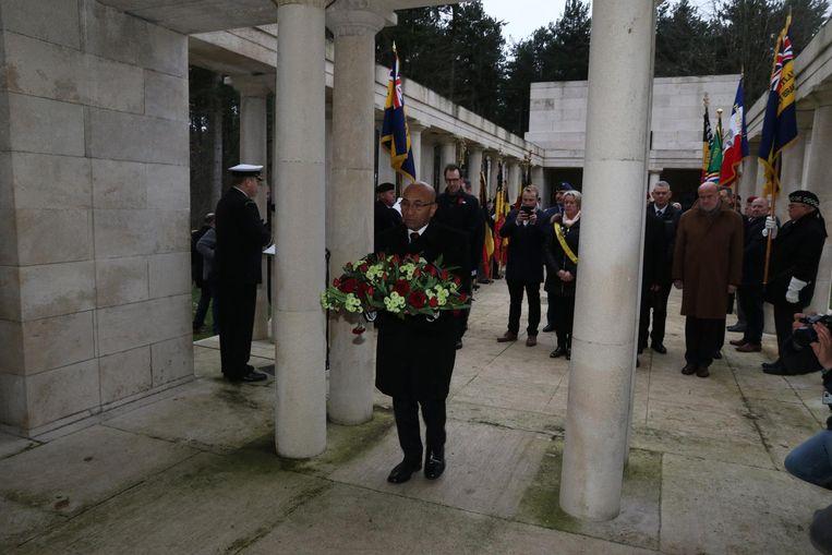 Nieuw-Zeelands minister van Defensie Ron Mark draagt bloemen naar het herdenkingsmonument.