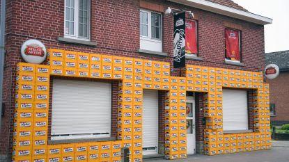 'Duivels' café versierd met 250 bakken bier