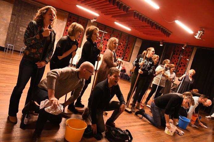 De leden van de Vughtse muziektheatergroep Musical Intermezzo zijn druk aan het repeteren voor hun voorstelling 'In Beeld' die op 22 en 23 maart in Theater De Speeldoos in Vught wordt opgevoerd.
