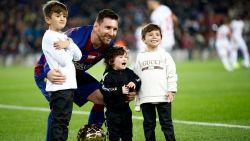 Vertederend: Messi krijgt zesde Gouden Bal van zijn zoontjes, al is de kleinste toch wat onder de indruk