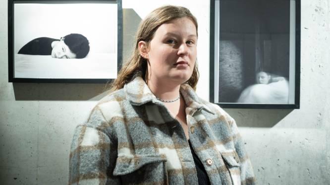 """21-jarige Nelle maakte zelfportretten tijdens verblijf in psychiatrisch centrum: """"Mijn verhaal vertellen en taboe doorbreken"""""""