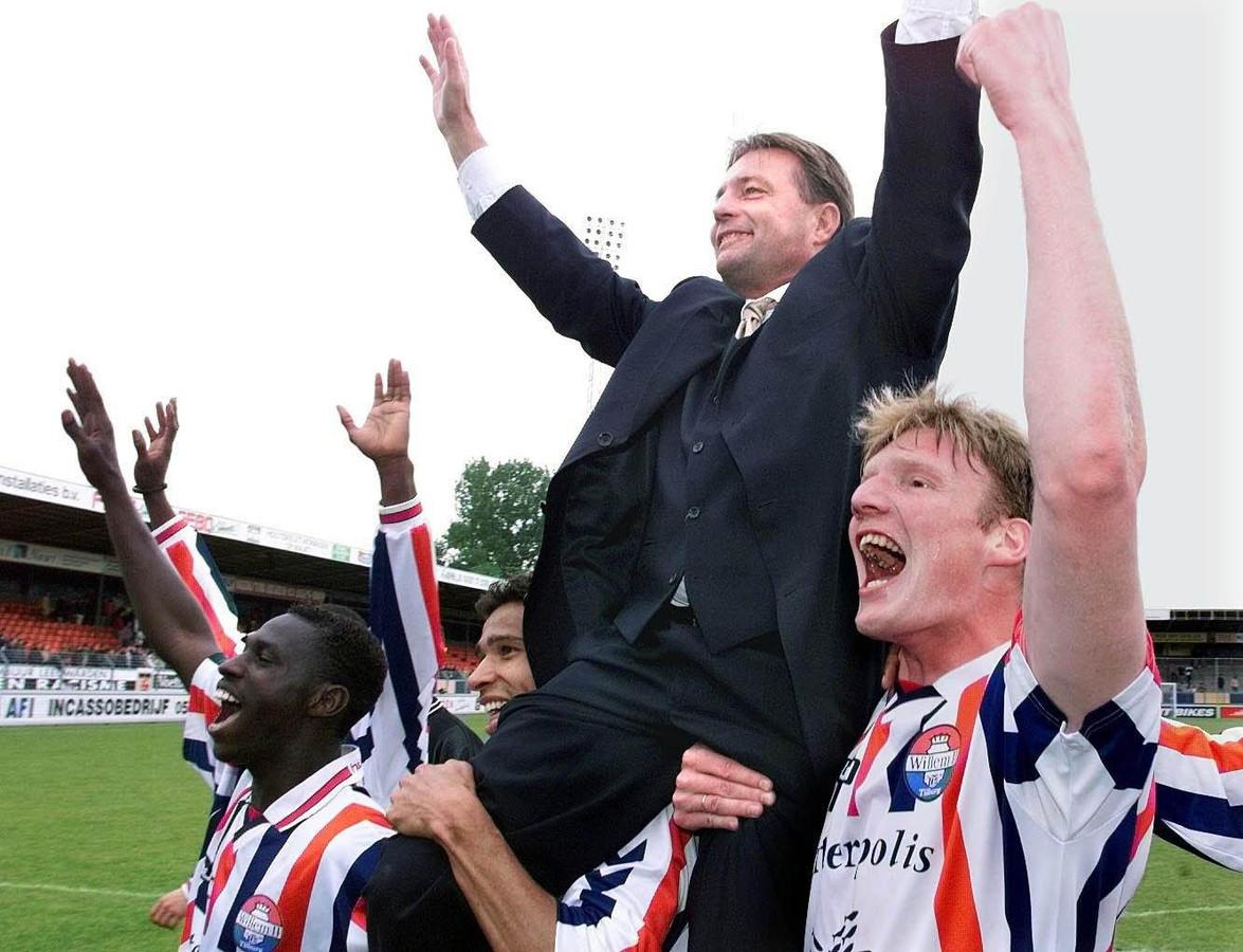 Co Adriaanse gaat in 1999 op de schouders nadat Willem II zich plaatst voor de Champions League.