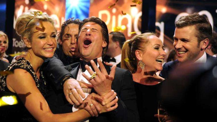 Wendy van Dijk, Marco Borsato, Martijn Krabbe, Angela Groothuizen en Winston Gerschtanowitz van The Voice of Holland na het winnen van de Televizier-Ring Beeld anp