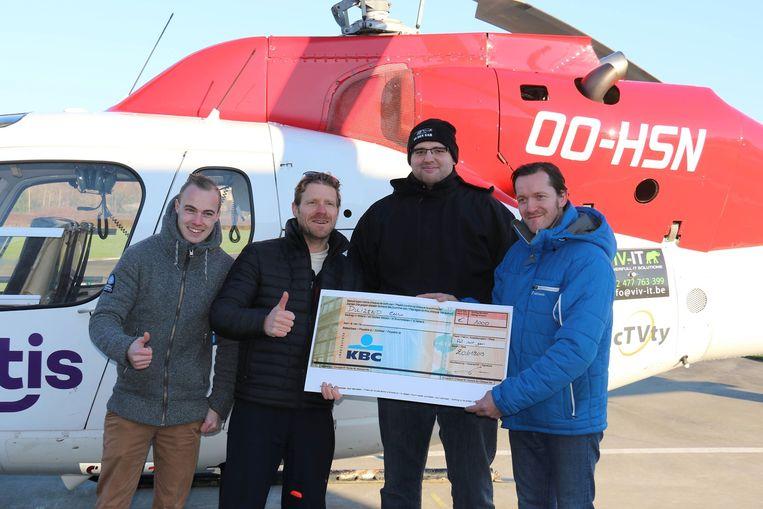 De cheque van 1.000 euro werd overhandigd bij de Brugse MUG-heli.