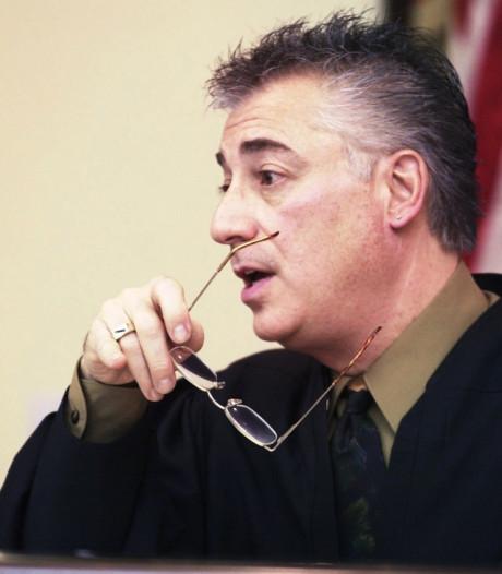 Rechter die verkrachter (16) beschermde omdat hij 'uit goede familie' kwam, neemt ontslag