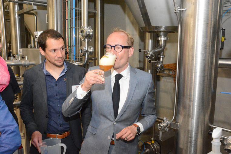Minister Ben Weyts mocht als eerste een (schuimige) pint tappen en proefde dat het goed was.