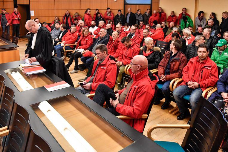 Een zeventigtal vakbondsmensen van over het hele land zakten naar de Dendermondse rechtbank af om de uitspraak van de arbeidsrechtbank in de zaak van Martin Christiaens (midden vooraan) tegen Verko bij te wonen.